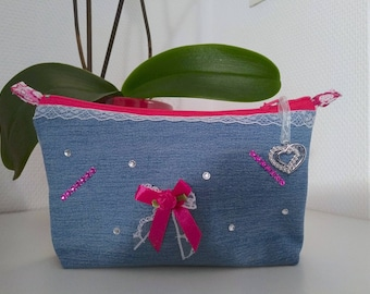 A lovely vanity case made of recycled jeans.