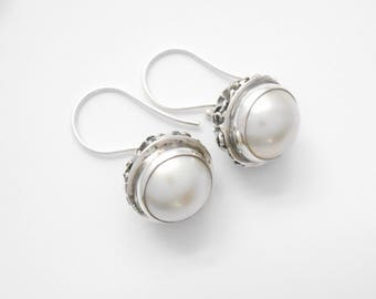 Striking Balinese Sterling Silver mabe white Pearl Dangle Earrings / silver 925 / 1 inch long /(#12m)