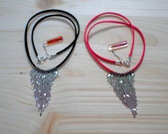 Collier qui brille - noir ou corail au choix - chaînes argentées - pendentif scintillant - collier plastron élégant - brillant et mat