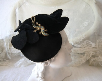 Charming vintage velvet cap with brooch 20s 30s 40s 50s