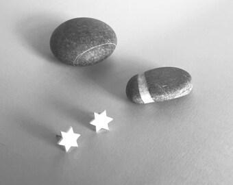 Orecchini a stella bianchi con perno. Orecchini piccoli con stellina.