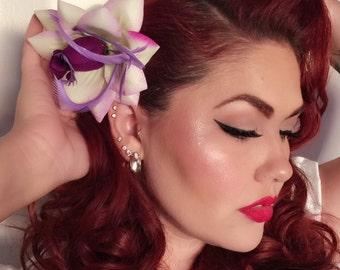 De Italiaanse godin-Sophia Loren geïnspireerd paarse en ivoren bloem met paarse veren