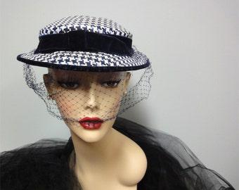 années 1950 Houndstooth cocher chapeau bleu marine, blanc soie, Seabrook New York, filet