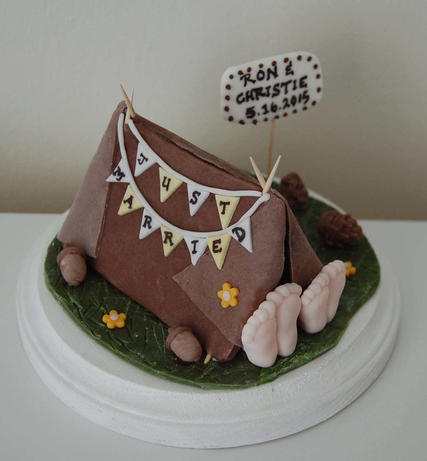?zoom & Fondant Camping Tent Wedding Cake Topper