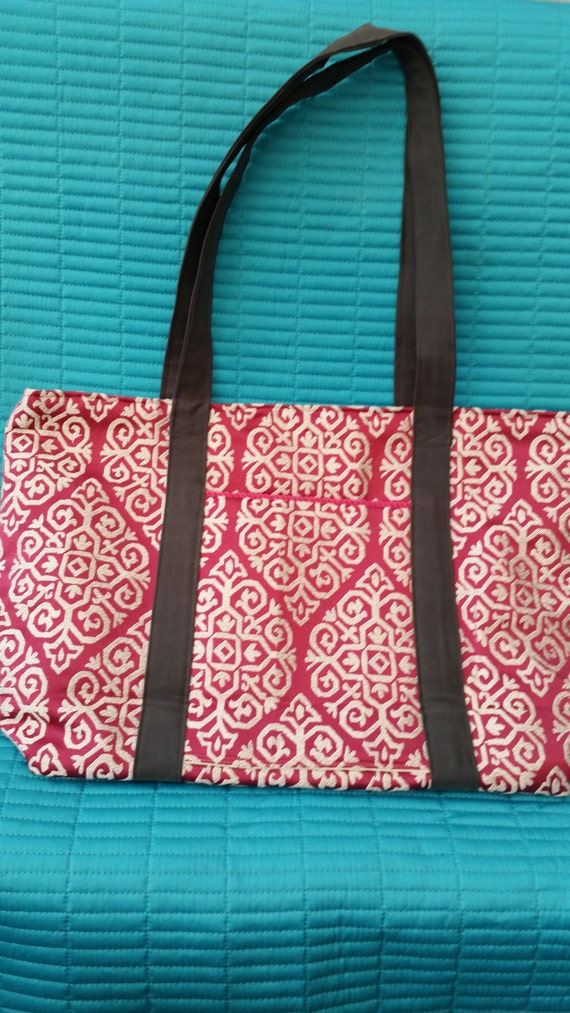 L213.  Tote bag.  Bright pink geometric design