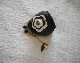 Carry retro currency, vintage clasp to pinch black and white leather.