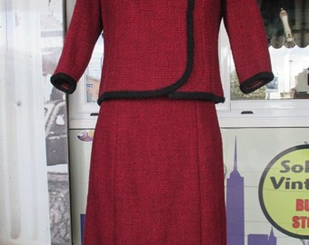 Tailleur anni 50 rubino.Bouclè di lana.Gonna e giacca.Tg.M/50s tailored ruby skirt suit/Wool bouclè/Aside closure and trimming/Bow/Size 10US