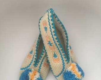 Traditional Greek woollen slippers size 42 UK 8 for women and men good present for Christmas. Warm and nice. Hand made. Woolen slippers.