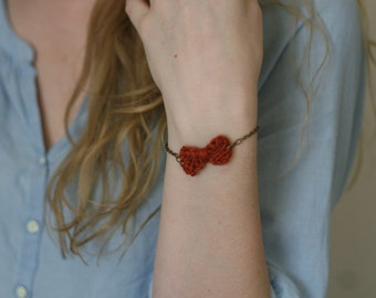 Bracelet with tiny knit bow in cinnamon red