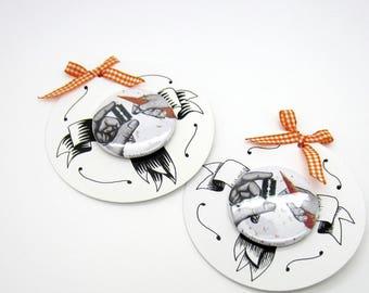 """Badge """"carotte"""" - sur plaquette dessinée à la main - pièce unique"""
