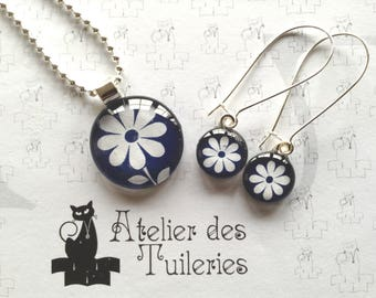 Set of pendant and earrings, flower pattern