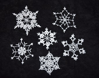 crocheted ornaments//white//snowflakes//large//glitter glue