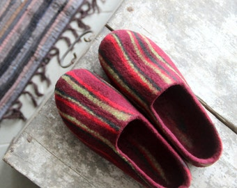 Women wool slippers, felted wool slippers, women houseshoes, bedroom slippers, wool clogs, gift for her, burgundy green slippers, warm gift
