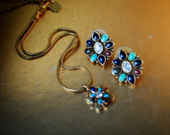 Boho vintage 90s gold tone metal necklace with multicolor  stones ,flowers shape pendant and matching pierced earrings. Made by Anne Klein.