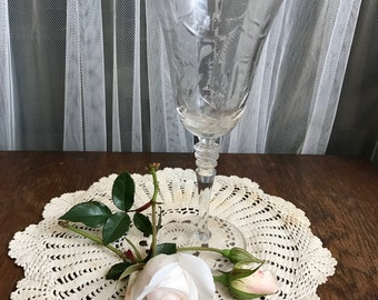 Elegant Etched Wine Glass with Floral Design