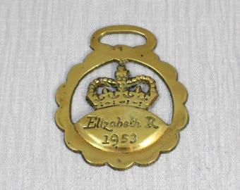 Petit rond Couronne de la Reine Elizabeth II 1953 découper l'ornement Vintage anglais forme cheval en laiton