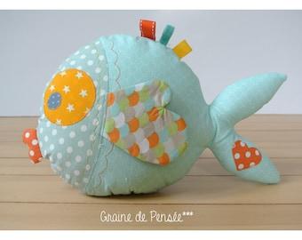doudou poisson bleu et orange qui fait de gros bisous