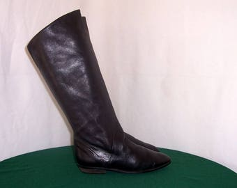 Sz 8.5 Vintage tall black leather 1980s women flat pirate slouch boots.
