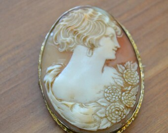 Pretty antique victorian edwardian large carved shell cameo brooch in gold setting / HWAAWI