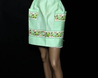 Vintage 1950s Apron// Green// Floral Trim// Festive Apron//Entertaining Apron//Cotton Apron//Big Pockets//S/M Apron