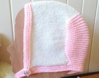 Bonnet béguin bébé bicolore pastel 0 à 4 mois, chapeau rétro/vintage, tricoté à la main couleur écru et rose poudré