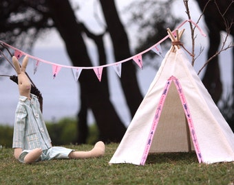Toy teepee tent & matching mini bunting for play with toys, dolls or teddies (pink arrows)
