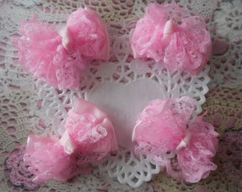 Satin and lace bow pink with a tie grosgrain polyester 5,00 cm wide and 3.50 cm in height (with 4 knots).