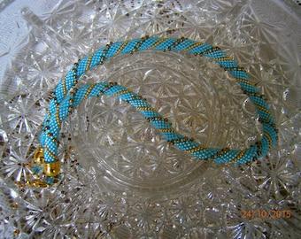 Joli collier entièrement fait main et au crochet en perles de rocaille