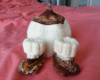 Set hat and hand knitted newborn booties