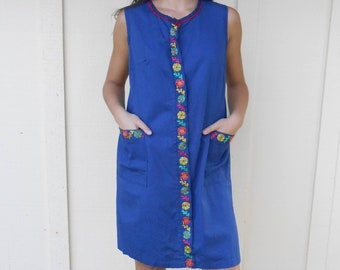 Vintage 1940s LA MAR FROCKS blue floral-embroidered shift dress / house dress, size Small