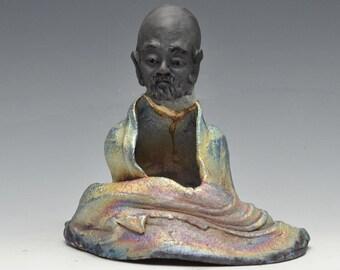 Bodhidharma sitzen in Meditation Statue in schimmernden und erdigen Raku-Robe