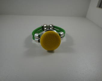 Bracelet green leather with cabochon chunk pressure of 30mm yellow leatherette.