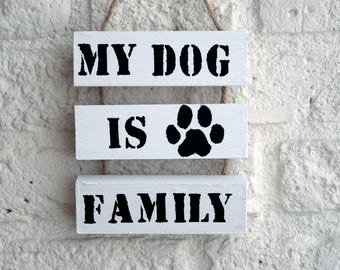 Wooden textboard little 'My dog is family' with paw print