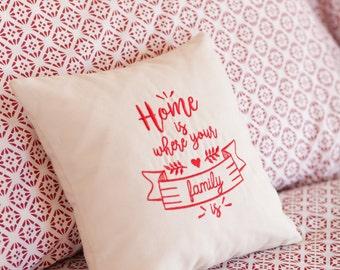 Cuscino ricamato ideale come regalo per San Valentino. Home is where your family is.