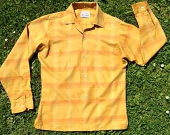 Vintage 1950s yellow, gold long-sleeved US American men's checked shirt from 'Wilshire'. Mid Century Rockabilly retro style.