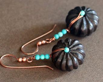 Wrap de cuivre turquoise et bois boucles d'oreilles