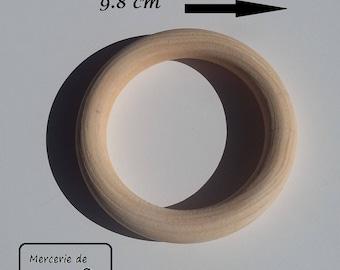 Anneau en bois naturel 9.8 cm de diamètre. Vendu à l'unité.