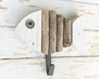 APPENDIABITI a forma di pesce in legno di recupero colorato e legni spiaggiati naturali