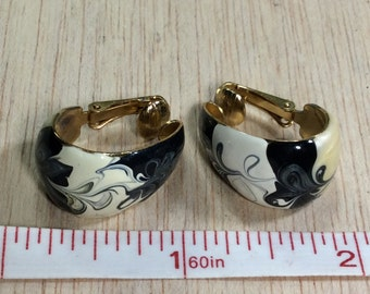 Vintage Black And White Enamel Swirl On Gold Tone Clip On Earrings Used