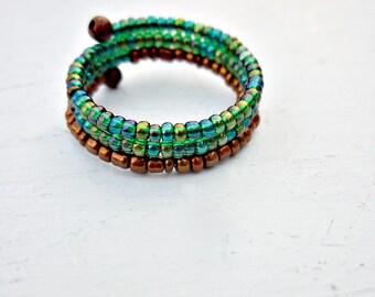 Bague, perles vert et cuivre réglable taille 10 sur fil mémoire unisexe: Gaya
