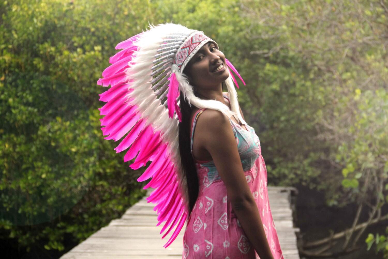 Penacho de plumas estilo indio blanco y rosa largura