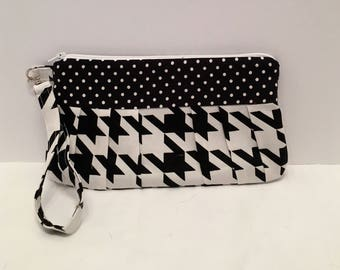 AK32- Compleat Clutch: in a fabulous houndstooth print with pleated front, zipper closure and detatchable hand strap