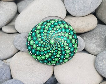 bemalte steine - Grüner Paint Stone - Lime Painted Rock - Mandala Stone - Meditation Mandala Rock - Boho - Einzigartiges Home Decor