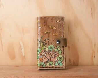 iPhone 6 7 8 plus Etui portefeuille - en cuir fauve, fougères et trèfles - vert et brun antique