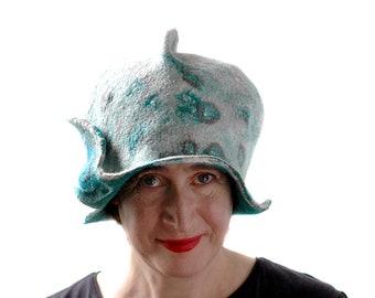 Skulpturale geformte einzigartige Cloche für fortgeschrittene Stil Frau - Kewpie Puppe tragbare Kunst Hut in weiß mit grünen und braunen Kreisen