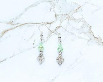 Boucles d'oreilles verts pastels, cadeaux de fête des mères, boucles d'oreilles de cristal laiteux verre vert clair, vert printemps Croix d'argent bijoux, cadeaux pour maman elle
