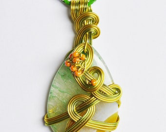 Pendant, Agate druzy, aluminum wire, glass beads. P117