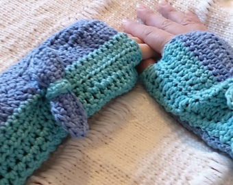Green fingerless mittens with their little bows