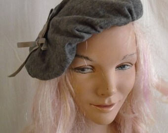 Vintage 1950s Hat Grey Fabric Beret Ice Pack Shape Bow Trim