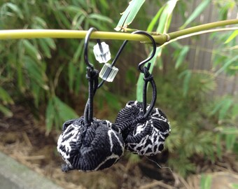 hanamaru earrings black